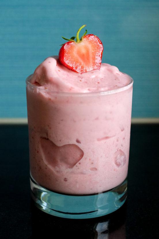 Itsetehty italialainen gelato-jäätelö mansikoista