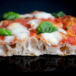 Roomalainen peltipizza margherita, pohjassa isot kuplat