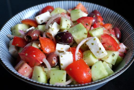 Kreikkalainen salaatti kulhossa