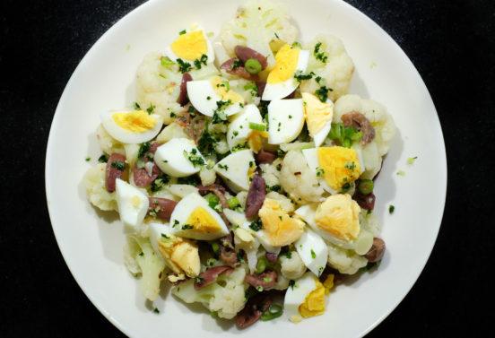 Sisilialainen kukkakaalisalaatti oliiveilla ja kananmunalla