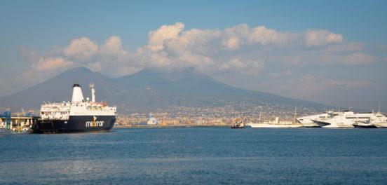 Napoli ja Vesuvius mereltä