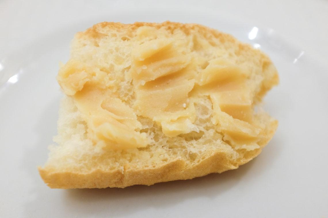 Casu marzu leivän päälle levitettynä