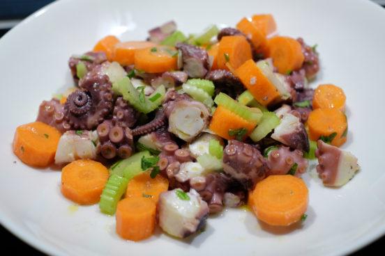 Mustekalaa (meritursas), selleriä, porkkanaa salaatissa