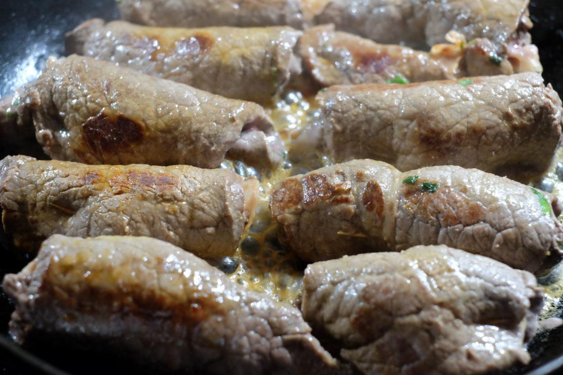 Italialaiset naudanlihakääryleet pannulla ruskistumassa