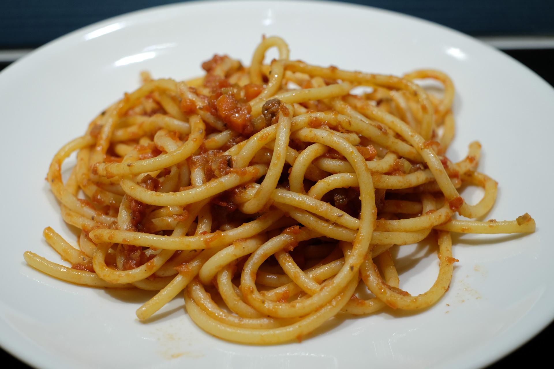 Bucatini-pastaa ja liharullien tomaattikastike
