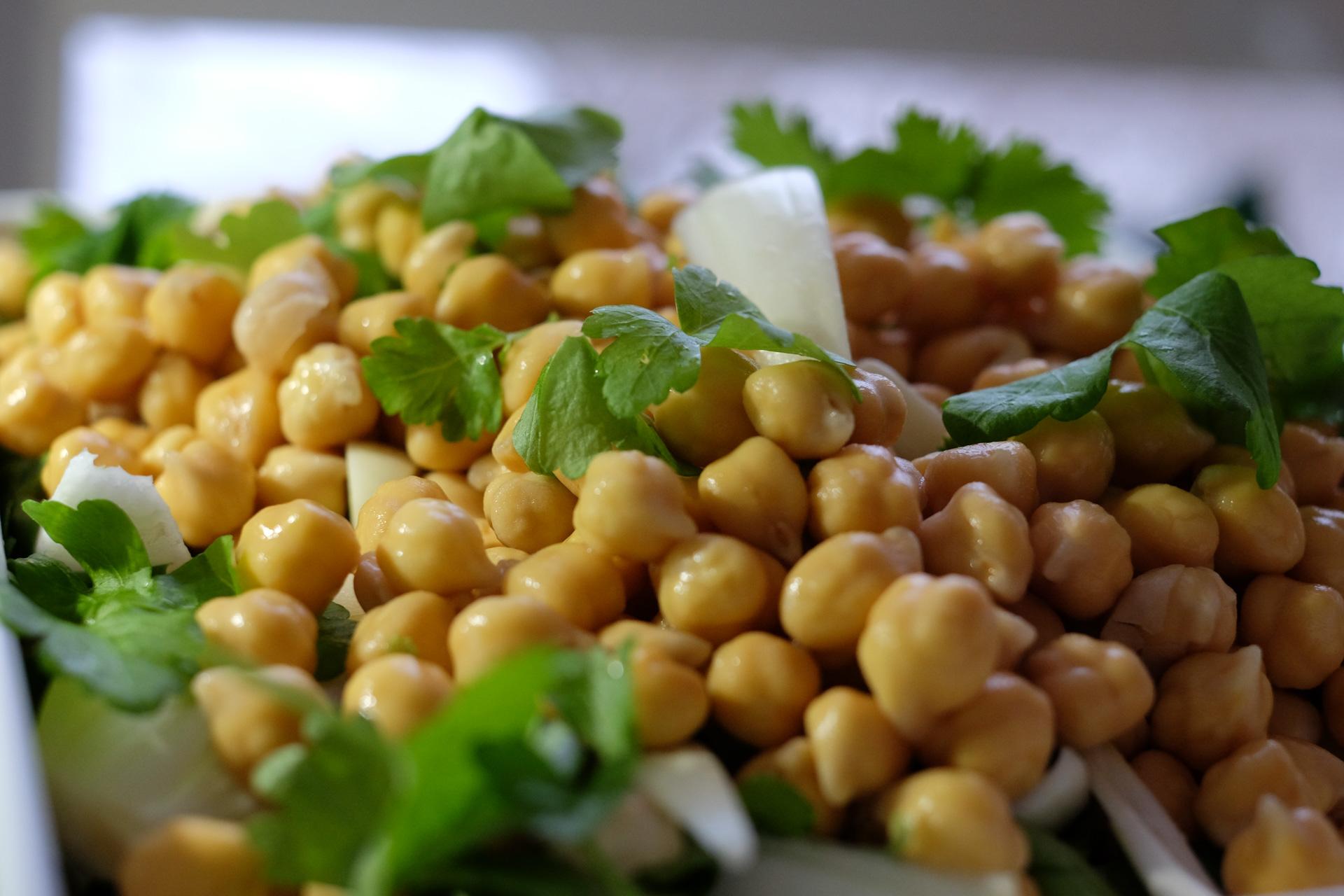 Falafel-aineet ennen jauhamista: kikherneitä, lehtipersiljaa, korianteria, sipulia ja valkosipulia