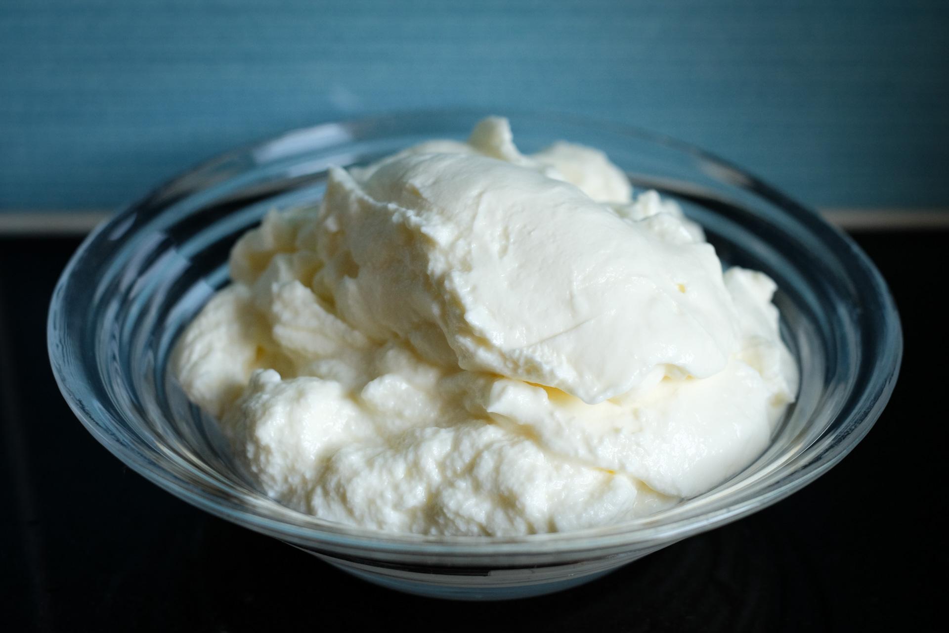 Paksua jogurttia lasikulhossa
