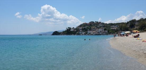 Hiekkaranta ja turkoosia merta