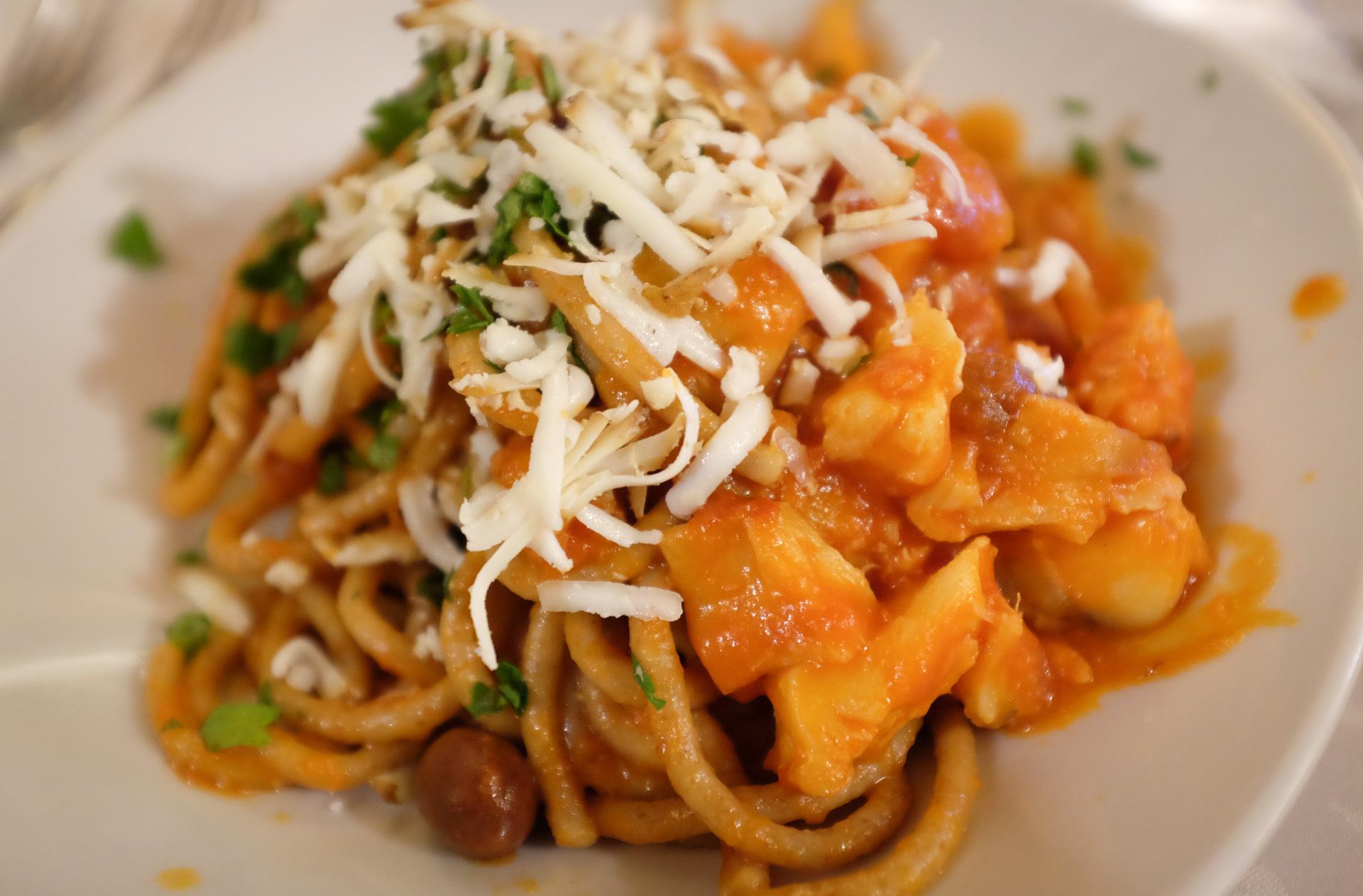 Stocco-pasta lautasella, juustoraaste päällä