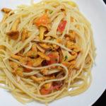 Annos spaghettia, kantarelleja ja kirsikkatomaatteja lautasella