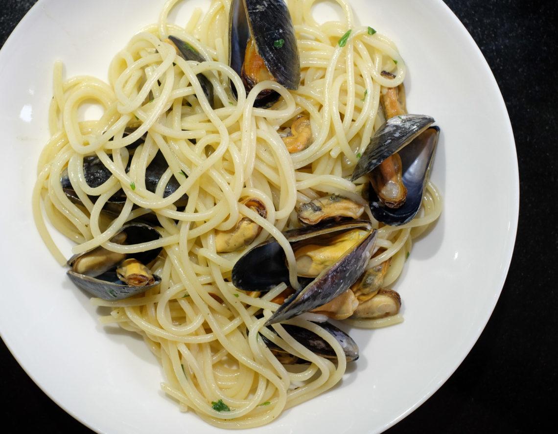 Sinisimpukoita ja spaghettia lautasella