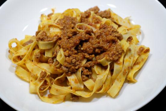Bolognese-kastiketta ja tagliatelle-pastaa lautasella