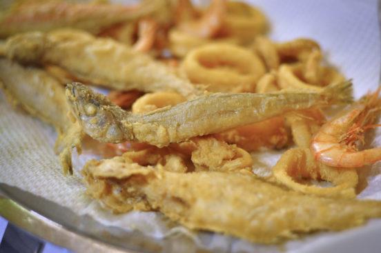 Friteerattuja mereneläviä lautasella