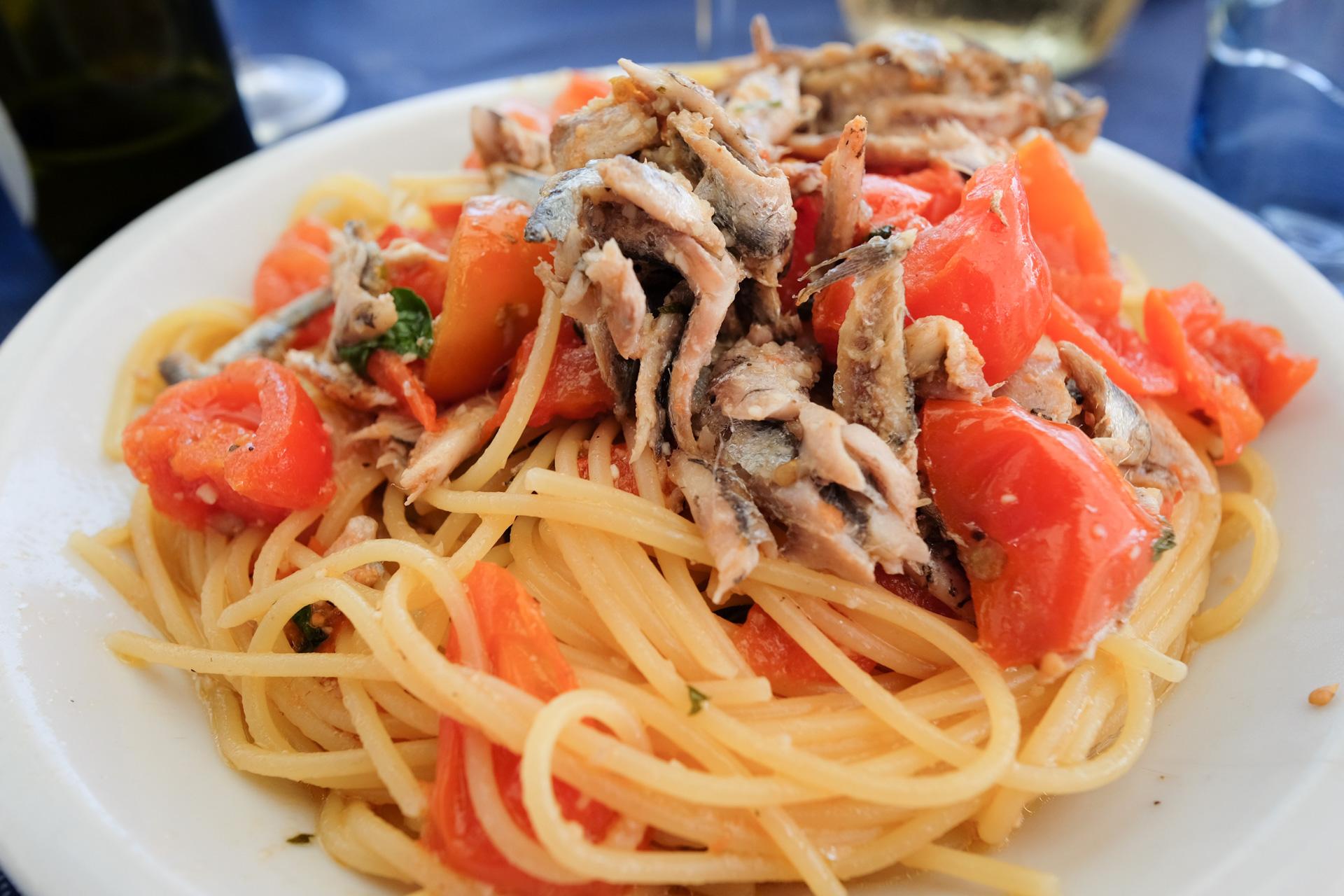 Spaghettia, tomaattia ja tuoretta sardellia