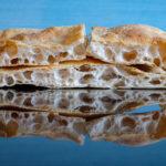 Isokuplaista pizzapohjaa pinossa